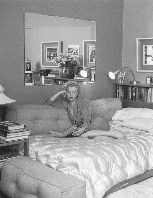 Marilyn Monroe book bed